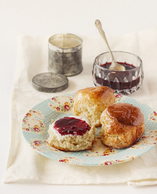 Scones with spiced pineapple & apples